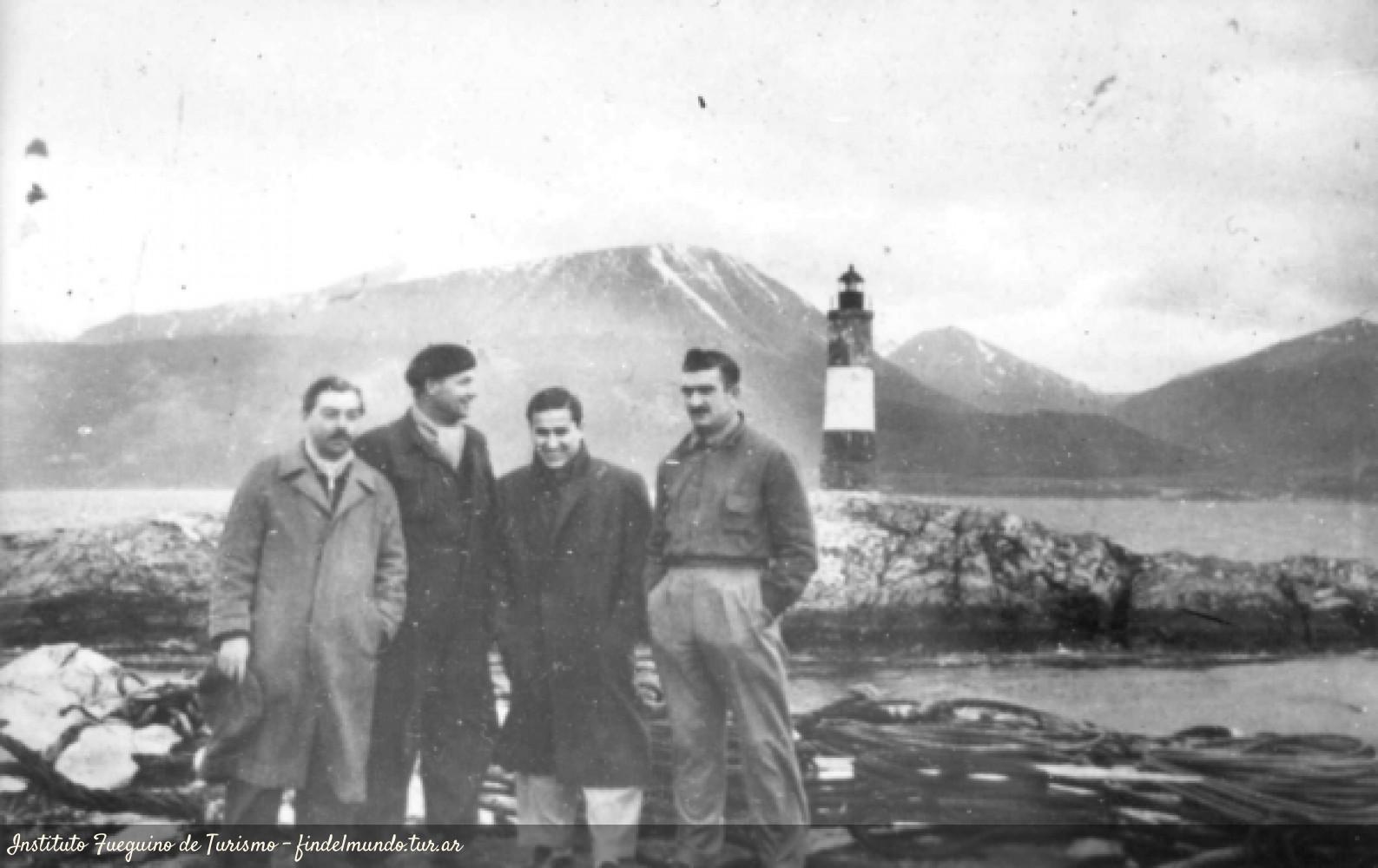Foto histórica del Faro Les Eclaireurs